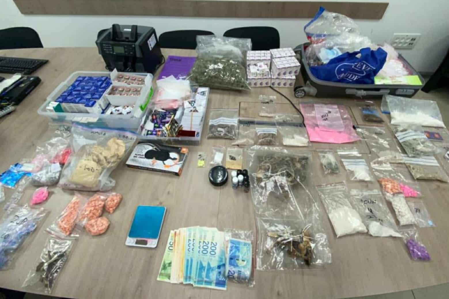 הסמים שנתפסו בדירה- צילום דוברות משטרת ישראל