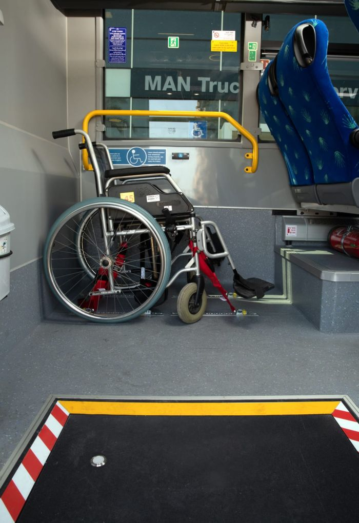 עמדה מיוחדת בתוך האוטובוס לכיסאות גלגלים. צילום אגד