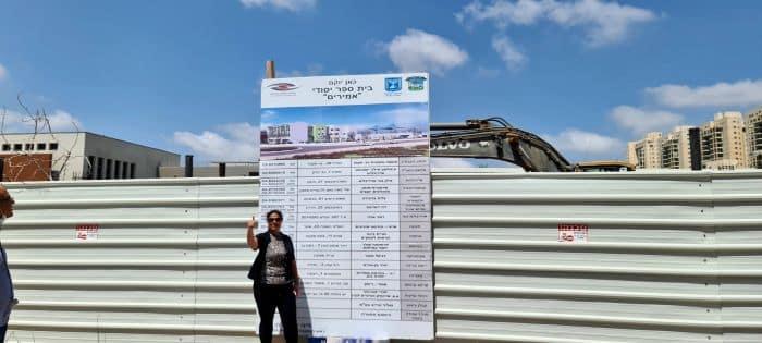 ראש המועצה ליזי דלריצ'ה על רקע הבנייה. צילום: דוברות המועצה