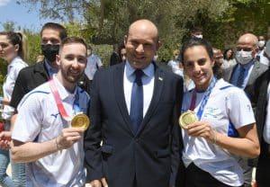 ראש הממשלה נפתלי בנט עם שני האלופים האולימפיים מראשון לציון- צילום מארק ניימן לע״מ