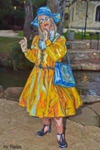 תיירת צהובה צילום-ניר חנקין
