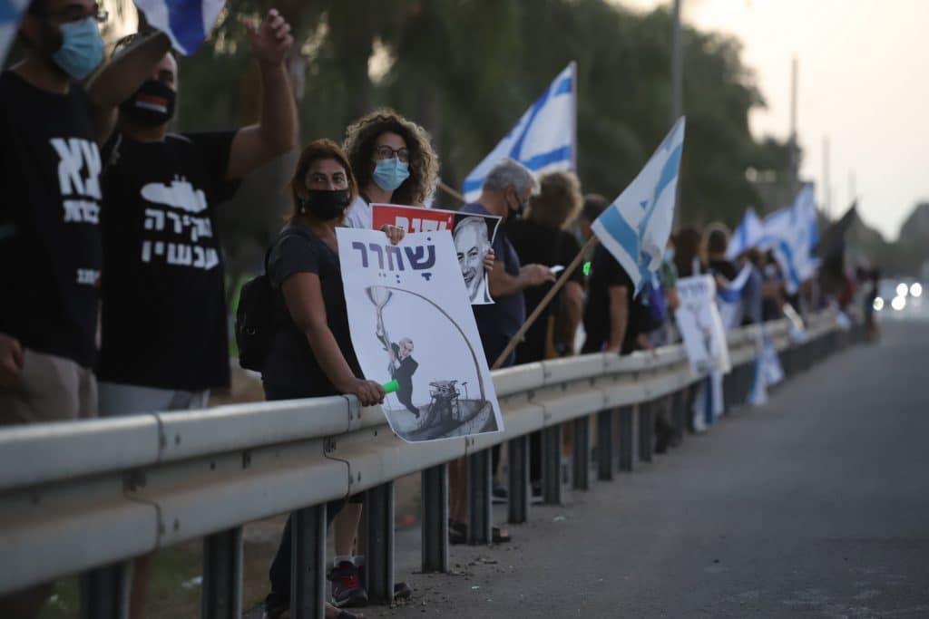 בימי שיא הפגנות המחאה נגד ביבי התכנסו להם המפגינים עם השלטים לאורך כביש הכניסה לאור יהודה