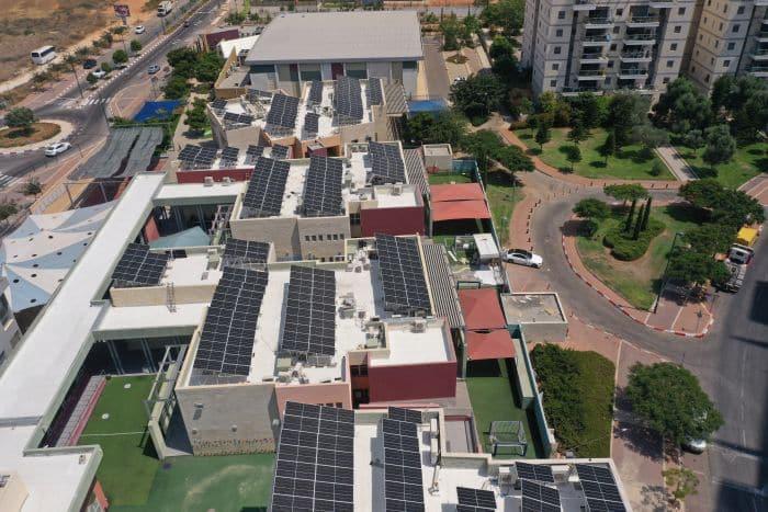 גגות סולאריים בעיר. צילום: יעקב שלום