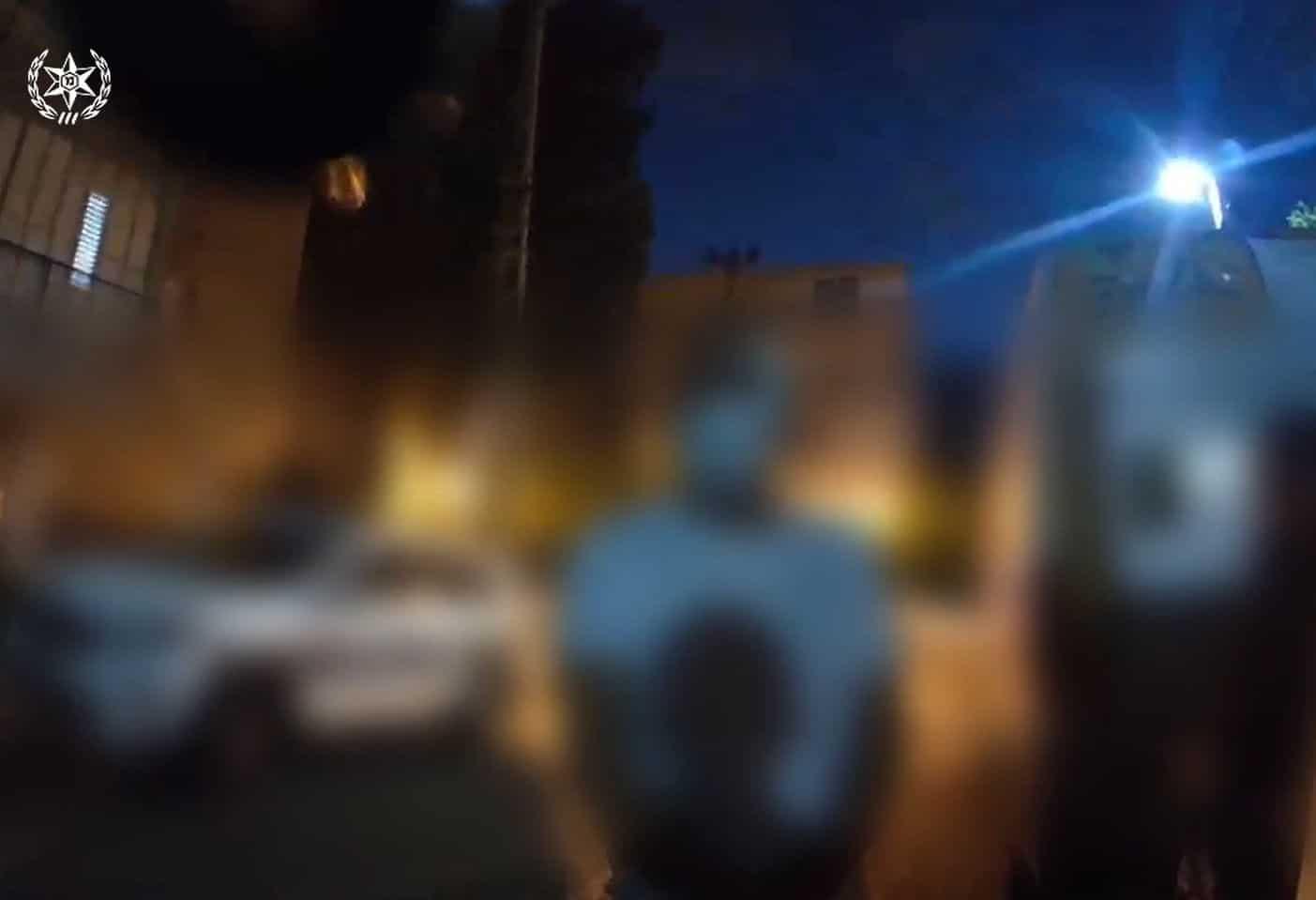מאומת הקורונה מול השוטר- צילום דוברות משטרת ישראל
