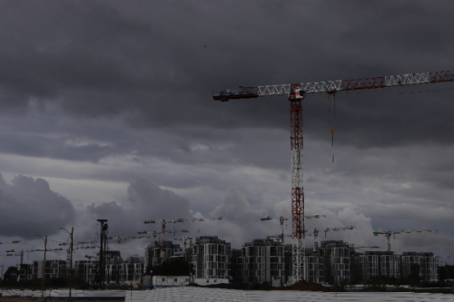 קבוצת עננים מעל פרויקט הבנייה