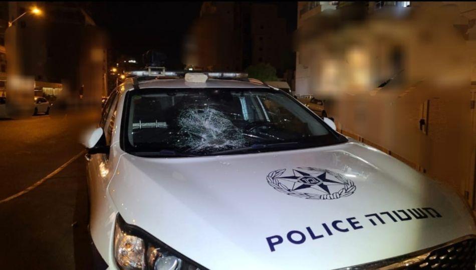 שמשת הניידת המנופצת- צילום דוברות משטרת ישראל
