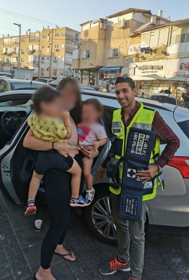 האם עם הילדים והמחלץ- צילום ידידים סיוע בדרכים