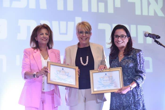 פרס החינוך שהוענק בחודש שעבר לאור יהודה. ליאת שוחט, חיה שיטאי מנהלת המחוז ודלילה אשכנזי
