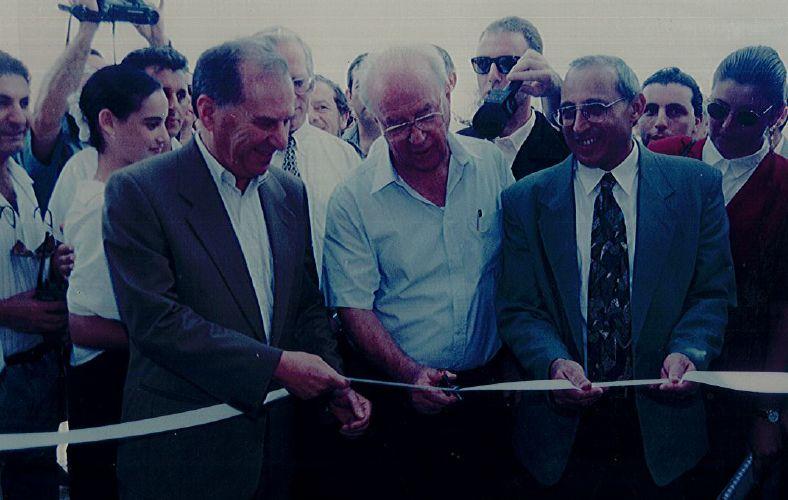 ראש הממשלה יצחק רבין וראש העיר מוטי ששון חונכים את חטיבת קציר בחולון 1.9.94 צילום באדיבות עיריית חולון